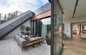 Střešní nástavba umožnila vytvořit tři apartmány o rozloze 190, 170 a 90 m2 a dvě terasy s bazénem.