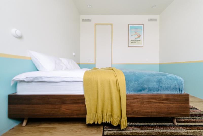 V této místnosti se objevuje nový odstín barvy - hořčicová. Pruh této barvy probíhá po obvodu celé místnosti. V ložnici nejsou noční stolky ani skříňky, pouze pracovní stůl a vchod do šatny, kde jsou uloženy všechny věci.