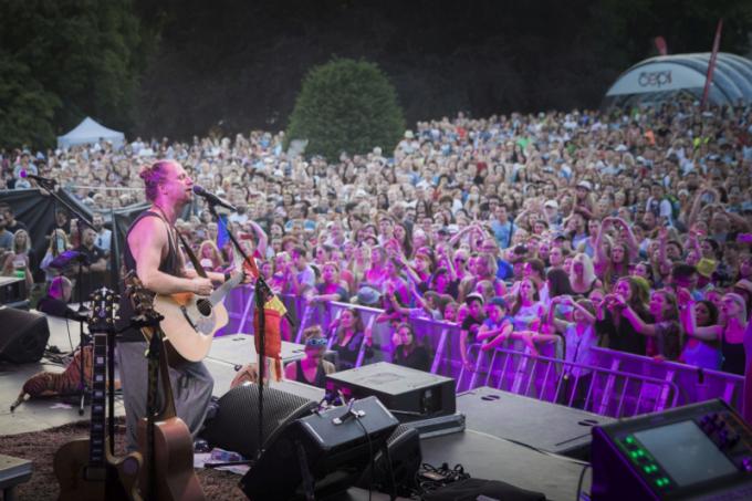 Chcete se zaposlouchat do písniček Tomáše Kluse aužít si energickou show, kterou umí rozpoutat jenom on?