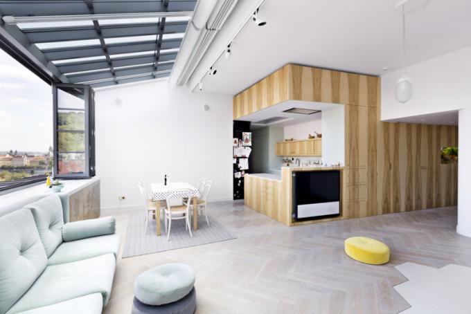 Kombinace jemných pastelových odstínů asvětlých dřevin dohromady tvoří kompaktní harmonický celek plný světla aprostoru