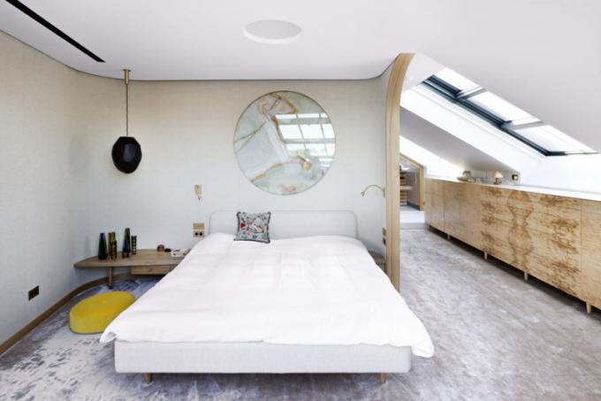 Onyx je vzpomínkou majitelů nacesty poItálii. Architekti ho doprostoru zapracovali vpodobě motivu měsíce nad postel vhlavní ložnici. Západní večerní slunce probleskující vrstvou průsvitného zelenožlutého kamene připomíná, že brzy vyjde měsíc