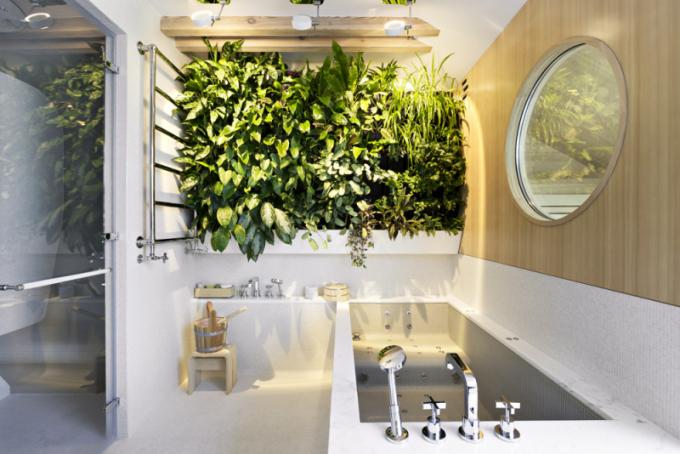 Koupelna rodičů nabízí dokonalou relaxaci vpodobě masážní vany. Zakulatým oknem propouštějícím denní světlo je finská sauna