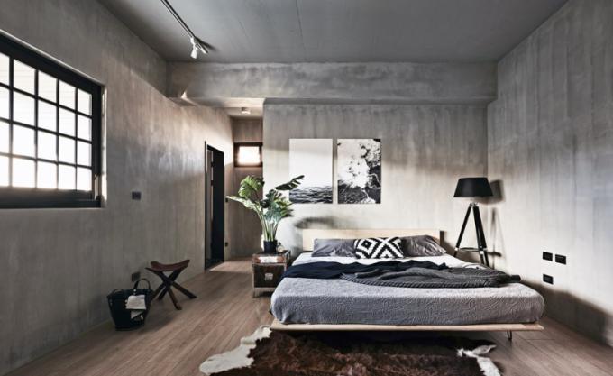 Ložnice rodičů působí velkorysým dojmem vzhledem kminimu použitého nábytku