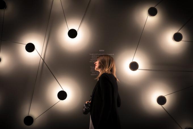 Součástí letošního veletrhu naRho Fiera byla přehlídka svítidel Euroluce, která se koná jednou zadva roky. Čtyři haly plné svítidel představují dekorativní itechnické osvětlení napříč styly. Téma světlo astín zde bylo hlavním motivem ivpřípadě instalace výrobce Kundalini