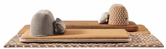 Spolupráce módních domů sproduktovými designéry je stále častější, byť zdaleka ne vždy úspěšná. Příjemným překvapením je série Ceci est un Caillou odLiu Jo Living Collection vzniklá spojením značky Liu Jo adesignéra Simona Cagnazza, který má vesvém portfoliu práci pro významné výrobce, jako jsou Fontana Arte, Inda, Leucos, Minotti, Zucchetti, Porsche  Design aj.