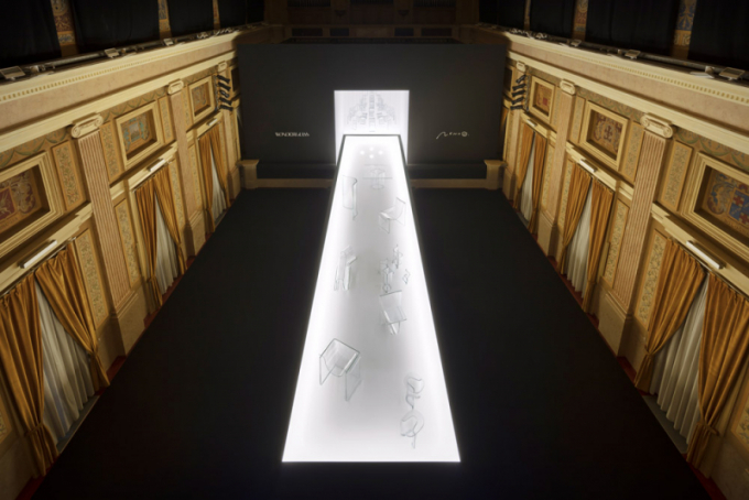 Výstava Shape of Gravity představila sérii židlí zlitého skla, kterou pro benátskou značku Wonder Glass navrhlo studio Nendo. Zakladatel studia Oki Sato je autorem kolekce Melt, zahrnující také křeslo, lehátko, jídelní stůl nebo vázu. Speciálně pro tuto výstavu, instalovanou vdomě z19. století, navrhl rozměrný lustr oprůměru 2,5 metru