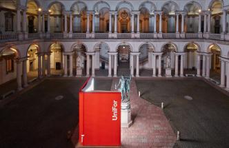 Významný výrobce kancelářského nábytku UniFor letos vMiláně slavil padesátiny. Jako dárek si nadělil spolupráci sizraelským designérem Ronem Giladem, který před sochu Napoleona nanáměstí historického akulturního areálu paláce Brera vcentru Milána umístil multimediální objekt vpodobě knihy tak, aby to vypadalo, jako by ji Napoleon četl. Uvnitř knihy byla obrazovka vysílající záznam historie firmy. Stránky pro Napoleona otáčela jeho první manželka císařovna Joséphine Bonaparte vevirtuální podobě