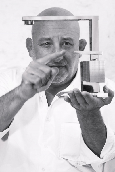 Nová kolekce baterií Axor Edge navržená francouzským designérem Jean-Marie Massaudem představuje symbiózu geometrických těles sultra přesnou výrobní metodu překračující hranice estetiky atechnologie.