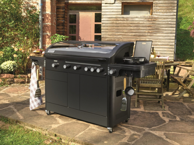 Pomocí jednoduché úpravy grilu si můžete snadno vytvořit dokonalou zahradní kuchyni. Geniální, jednoduché a praktické.