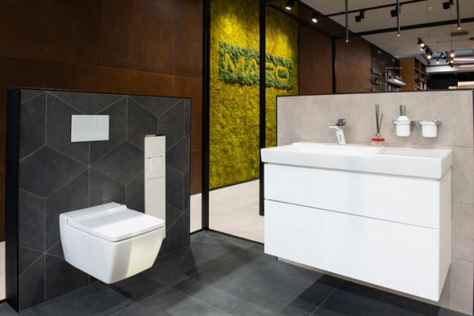 Zaměřeno na detail Specifický, geometricky řezaný dekor obkladu je doplněn ostře řezanými tvary toalety a umyvadlové skříňky Geberit. Vestavěná, zcela zapuštěná skříňka na WC doplňky KEUCO a skleněné tlačítko splachování Geberit s baterií Kludi, jen dokreslují komplexní linii hran.