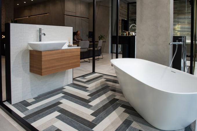 Snoubení tvarů Dlažba s textilním vzorem v neobvyklé skladbě dominuje koupelně, v níž je umístěná samostatně stojící vana vyrobená z litého mramoru. Tenkostěnná sanitární Saphir keramika od společnosti Laufen spolu s podumyvadlovou skříňkou, vyrobenou z hliníku a obloženou tenkou dřevěnou dýhou, dodává celé koupelně nezbytnou lehkost.