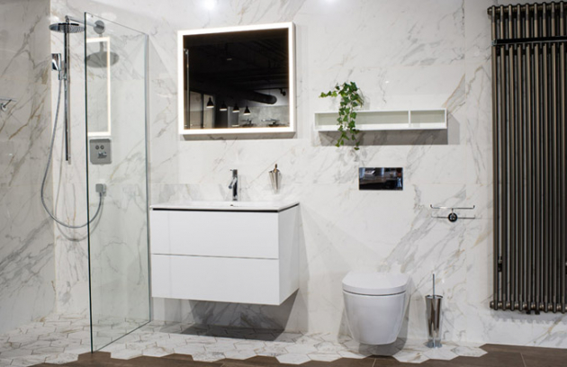 Italská noblesa Keramické velkoformátové obklady připomínající chuť jižních krajin mramoru, plynně navazující na dlažbu tvaru hexagonů zakusující se do dlažby v dekoru dřeva. Topné těleso Zehnder, připomínající industriální surové železo, tvoří zajímavý prvek koupelny. Ničím nerušený prostor umocňuje speciální zástěna KERMI, která díky své konstrukci a šíři skla, nepotřebuje žádné úchytné vzpěry, které by narušovaly lehkost prostoru.
