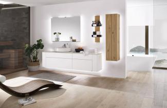Novinka hülsta GENTIS bath–  extravagantní a přírodní.  Perfektně zpracovaná koupelnová sestava s vysoce kvalitním lakováním vkontrastu sživou strukturou dřeva. Cena na dotaz