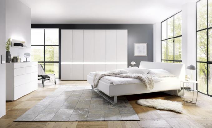 Moderní ložnice hülsta PULSO svelice zajímavým osvětlením umístěným v ohybu čela postele. Cena dle konfigurace od 80 000 Kč