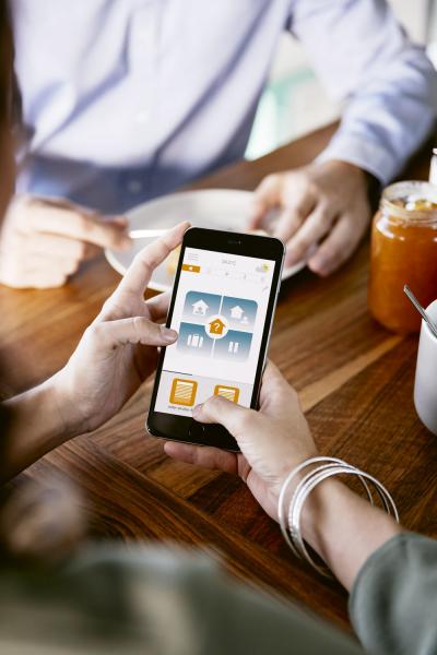 TaHoma (Somfy) používá uživatelské rozhraní, které ovládáte ze svého počítače, telefonu nebo tabletu, www.ovladamedomacnost.cz
