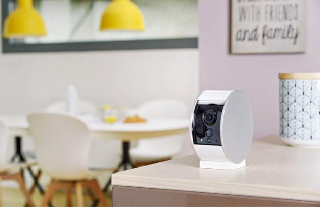 Interiérová kamera (Somfy) smotorizovanou záklopkou, bezdrátová, ukládá videa při detekci pohybu, cena 4 390 Kč, www.alza.cz