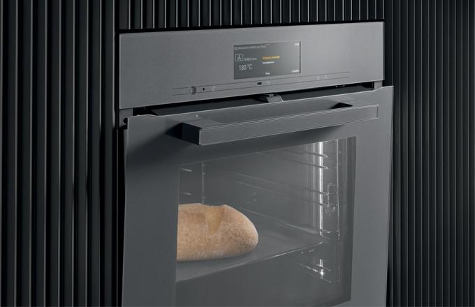 TasteControl od Miele: na konci procesu vaření se dvířka trouby otevřou a vnitřní prostor se rychle ochladí. Chléb se podaří a neztmavne kvůli zbytkovému teplu. (Foto: Miele)