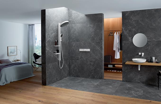 Do sprchového koutu si lze pořídit sprchový panel vybavený několika masážními tryskami, či si dokonce koupit sprchový box smnoha funkcemi – masážními tryskami, ruční sprchou, kaskádovou sprchou, rádiem, chromoterapií, párou avyvíječem vonných esencí. (foto: Hansgrohe)
