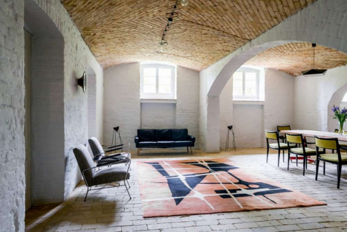 Velký vlněný koberec v obývacím pokoji pochází ztovárny v Kowarech (1968).