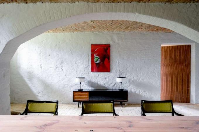 Komoda v obývacím pokoji (vedle grafiky Wieslawa Walkuskiho) byla vyrobena na míru pro jednoho z aktivistů strany na přelomu 60. -70. let v Katovicích.