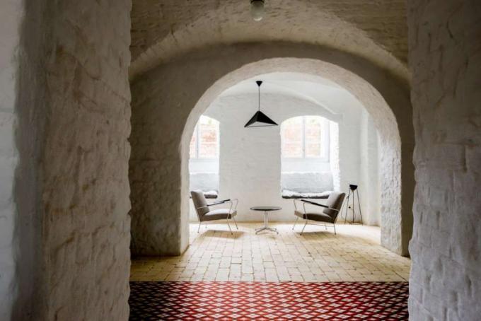 Křesla byla koupena v aukci a vyžadovala kompletní zrestaurování. Jedná se o velmi vzácný nábytek vytvořený v malé továrně v Zadzielu nedaleko městra Żywiec.