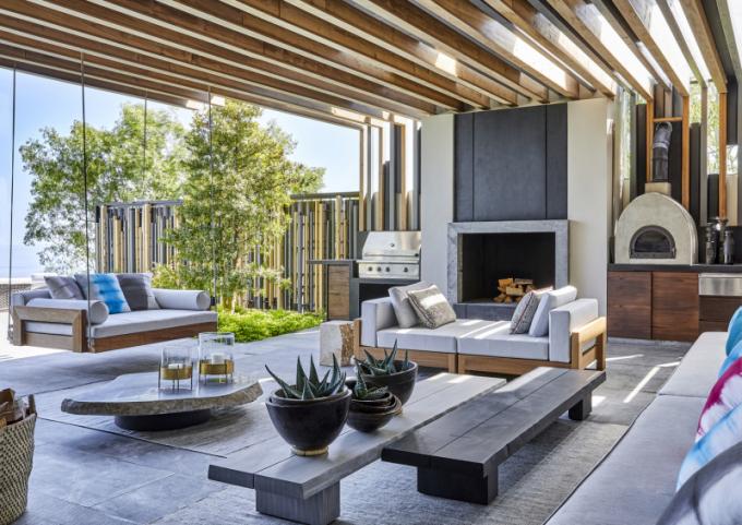 Zastřešená terasa s výhledem na bazén se stává přirozeným rozšířením interiéru.