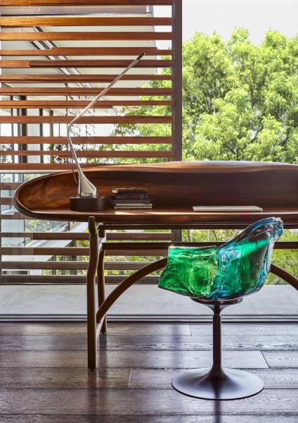 Pracovna je vybavena pracovním stolem Time Stood Still navrženým JohnemVogelem pro Southern Guild a polykarbonátovou otočnou židlí Ella od firmy EDRA.
