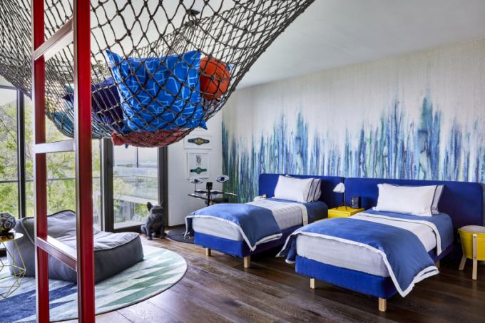 Dětské pokoje jsou ve výrazných barvách s hravými prvky, jako jsou houpací sítě a plechové stoličky, které dodávají mladistvou svěžest