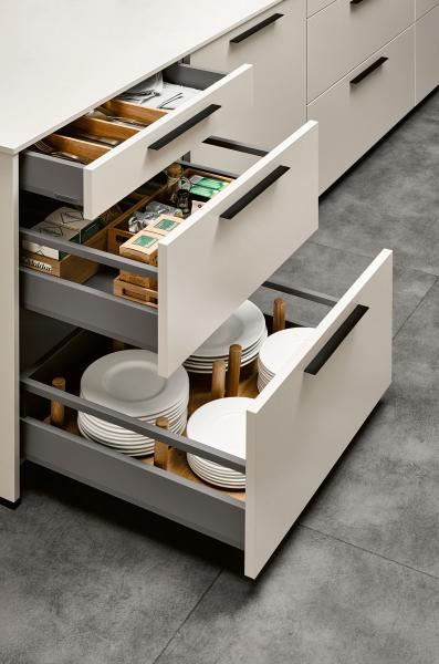 Optimální vnitřní vybavení: Volitelné vybavení – celokovové kryty boxů. Vysoký boční rám svým vzhledem a tvarem přináší design do interiéru kuchyně. Kovové kryty boxů nabízí optimum, které může splnit systém zásuvů/výsuvů