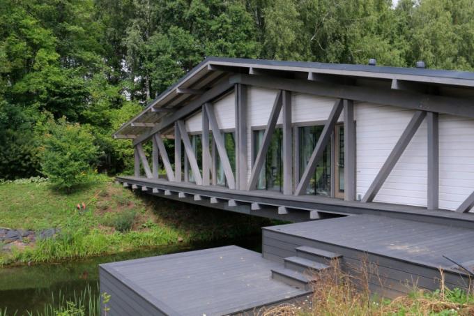 Bridge house je neobyčejným počinkem designérského studia BIO-architects a je důkazem, že bydlet je možné i v dřevěné stavbě na mostě.