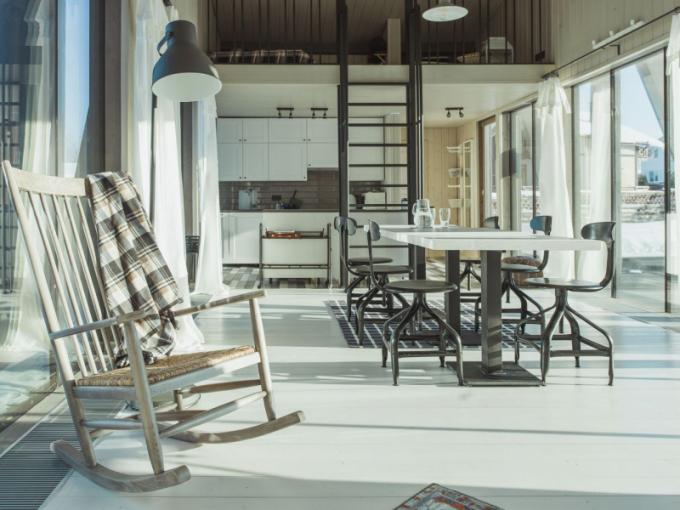 Nosná konstrukce je ze dřeva. Společenský prostor je otevřený a jeho součástí je kuchyň, dvě ložnice s koupelnami se nacházejí v prvním patře.