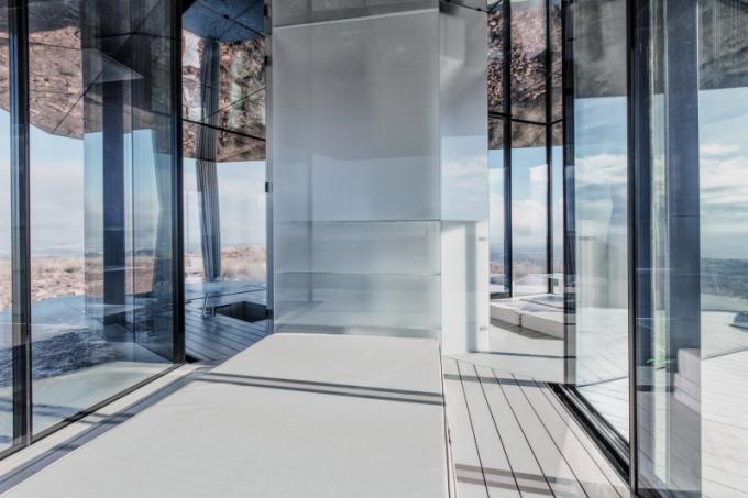 Pouštní dům spočívá na dřevěné konstrukci a je zcela prosklený velmi výkonným, energeticky úsporným sklem Guardian. Dům o rozloze pouhých 20 m2 se skládá ze tří místností: ložnice, koupelny a obývacího pokoje. Velký prostor přímo komunikuje s okolím. La Casa disponuje i systémem filtrace vody, výroby energie a sadou fotovoltaických panelů.
