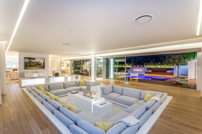 Jednopodlažní dům o rozloze 372 m2 se nachází v miliardářské čtvrti Los Angeles a pyšní se nádherným výhledem na město a oceán. Byl postavený v 60. letech minulého století.