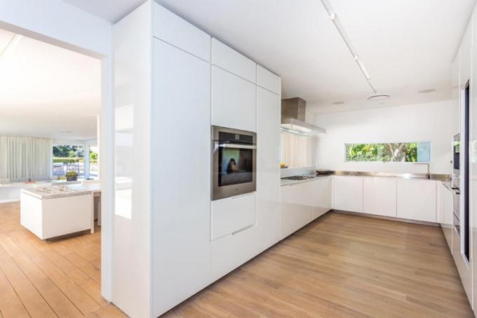 V rámci rekonstrukce došlo k propojení obývací části s kuchyní, došlo i na renovaci bazénu a terasy.