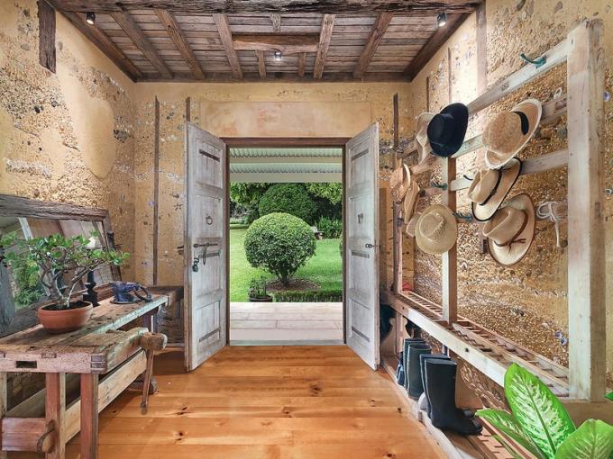 Podlahy jsou z borovicového dřeva