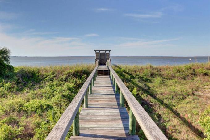 Dům je oplocený a má soukromý přístup k odlehlé pláži na pobřeží Atlantského oceánu.