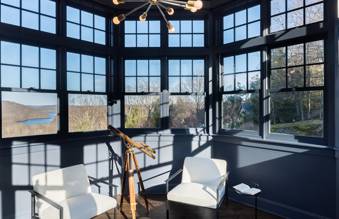 K dispozici je také herna, mediální místnost, vinný sklípek a osmiboká místnost nad střešní linií pro prohlížení krajiny a nádrže. Dům je plný světla z velkých oken, které nabízejí nádherný výhled a maximální soukromí.