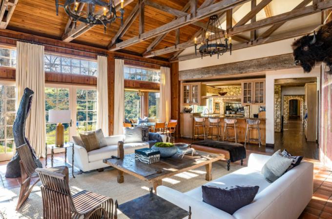 Interiérům dominují vysoké klenuté stropy a obnažené dřevěné trámy.