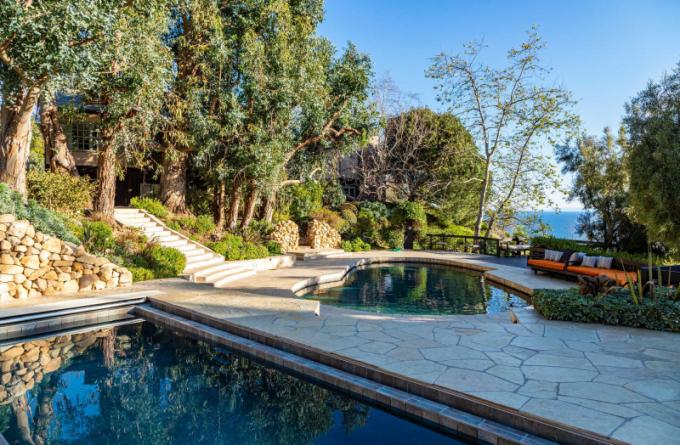 Jako tradičně u kalifornských domů nechybí dva bazény.