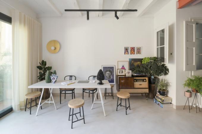 Kovové konstrukce nábytku i doplňků odkazují na 50. léta 20. století. Retro styl podtrhuje vintage komoda se zabudovaným rádiem. Výrazným prvkem hlavního obytného prostoru jsou také živé květiny