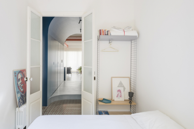 Ložnice pro hosty je vybavena jednoduše a účelně. Švédský modulární systém String poskytuje dostatek místa pro uložení všeho potřebného