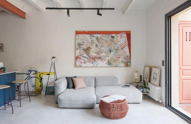 Pohodlné sofa Mags je od skandinávského výrobce Hay. Autorem malby zavěšené nad ním je architektův otec a výtvarník Piero Serboli