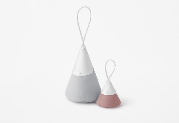 Když Philippe Cassegrain v roce 1993 přivedl na svět kultovní kabelu Longchamp Le Pliage®  inspiroval se starým japonským uměním origami. Dnes, představuje další generace značky Longchamp novou kolekci Le Pliage®  interpretovanou japonským designovým studiem Nendo, sídlícím v Tokiu.