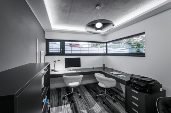 Dva pracovní stoly vypovídají o tom, že je dimenzovaná pro dvě zde stabilně pracující osoby, jednací stůl a židle jsou pro návštěvy klientů.