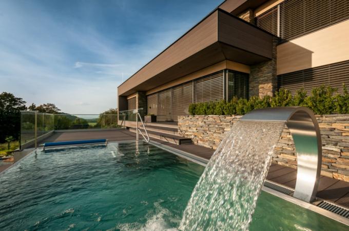 Na pozemku se nachází i mimořádně hezký bazén a dekorativní zahradní jezírko. Bazén byl koncipován jako relaxační, se čtyřmi vodními atrakcemi. Ve středu jezírka je umístěna terasa, která je těsně nad úrovní vodní hladiny. Jeho součástí je po levé straně vodopád, který přepadává z bazénové zídky, kde vytváří příjemný šum a ztrácí se v kamenech. Jezírko i vodopád slouží ke zvlhčení vzduchu, aby posezení na terase bylo příjemné i v parných letních dnech, a samozřejmě k dokreslení celkové atmosféry.
