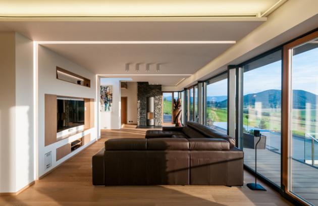 Dům je rozdělen na společenský a soukromý prostor. Společenskou část tvoří v přízemí kuchyň, jídelna a obývací prostor, na který volně navazují zádveří a toaleta. Soukromou část tvoří v přízemí ložnice propojená s koupelnou a šatnou a schodištěm do prvního poschodí, kde se nacházejí další ložnice, koupelna, šatna a pracovna, která se může změnit v dětský pokoj. V suterénu domu je letní kuchyň s venkovním posezením a také sauna, která navazuje na spodní koupelnu s masážním boxem a toaletou. Součástí suterénu je navíc technická místnost se strojovnou.