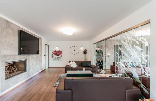 Postavil zde rodinný dům, který zapadá do okolní krajiny a nijak ji nezatěžuje. Při jeho stavbě a zařizování interiéru se smanželkou inspirovali včasopisech o bydlení. Vše je podle jejich vlastního návrhu.