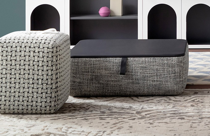 Multifunkční pufy a taburety čtvercového tvaru Kubik (Bonaldo) od designéra Alessandra Busany se mohou zcela přizpůsobit nárokům uživatelů a daných prostor. Některé modely nabízejí integrované odkládací plochy či postranní kapsy s možností odložení či uložení. Jsou vybaveny nenápadnými rukojeťmi pro snadné přemisťování či sestavování do pestrých kompozic. Menší puf 49 × 49 × 51 cm je dostupný od 22 770 Kč, větší puf 93 × 93 × 40 cm od 34 630 Kč, WWW.PUNTODESIGN.CZ