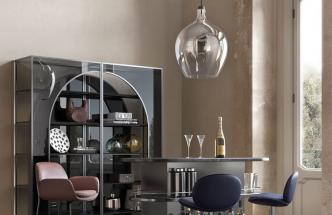 Známý italský výrobce nábytku Natuzzi oslavil šedesáté výročí a na letošním ročníku věhlasného italského veletrhu designu iSaloni prezentoval ve spolupráci s vytříbenými designérskými osobnostmi hned několik nových kolekcí. Nás zaujala například kolekce osvětlení Dami od designéra Marcela Wanderse, která odkazuje na tvar starých skleněných demižónů, používaných pro kvašení vína. Zpracování kov a foukané sklo. Cena od 31 700 Kč, WWW.NATUZZI.CZ