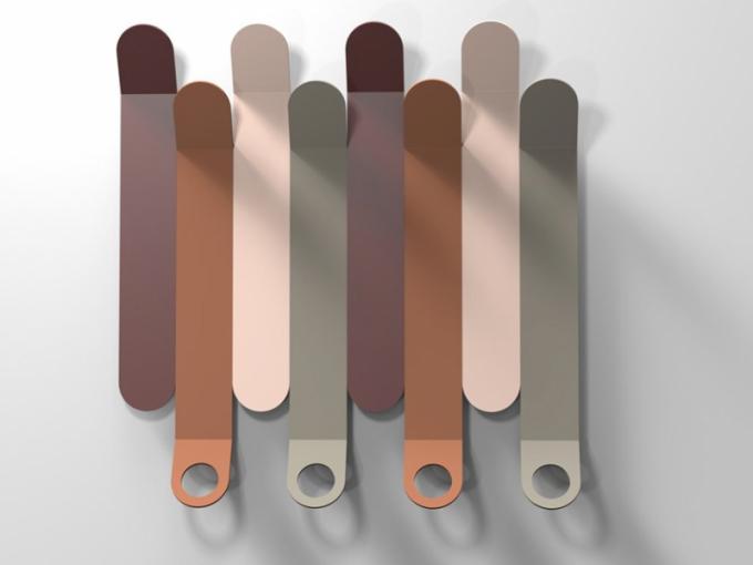 Designérské duo Archivolto se podepsalo pod design nástěnného věšáku Skyline (Calligaris), který svým nepravidelným profilem připomíná mrakodrapy. Je vyroben ze čtyř kusů tvarovaného plechu v kompozičně odlišném barevném složení a je vhodný také k zavěšení deštníků. Rozměr 28 × 57 cm. Cena na dotaz, WWW.CALLIGARIS.IT